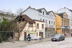 Eppendorfer Landstrasse - Hamburg Eppendorf; das Restaurant Tre Castagne ist teilweise abgerissen - die leeren Gründerzeithäuser werden in Kürze niedergerissen.