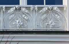 Eisendekor an einer Hausfassade in Binz / Rügen - Jugendstilornament mit Eichenblättern.
