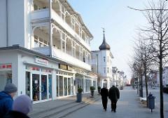 Hauptstrasse im Ostseebad Binz auf Rügen - Laubengänge / Balkons mit Holzdekor, Schnitzerei - weisse Villa mit Giebelturm und Kupferdach.