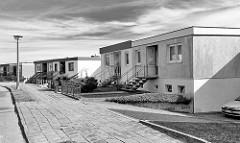 Flachbauten, Doppelhäuser an der Strasse Granitzblick in Bergen - Schwarzweiss Fotografie.