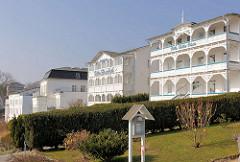 Pensionen / Hotels im Stil der Bäderarchitektur an der Bergstrasse von Sassnitz - Villa Bella Vista / Villa Elisabeth.