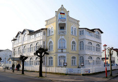 Hotelgebäude im Stil der Bäderarchitektur -  Ostseebad Binz / Rügen; Hausfassade mit Holzdekor.