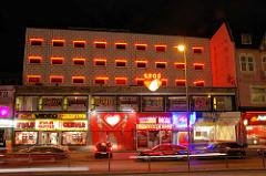 Nachtaufnahme von der Sündigsten Meile der Welt - Reeperbahn auf Hamburg St. Pauli - Laufhaus Eros.