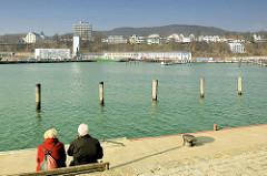 Blick von der Mole im Sassnitzer Hafen auf die Bäderarchitektur der Hafenstadt.