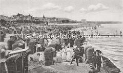 Historische Aufnahme - Badeort Binz auf Rügen; Ostseestrand + Badegäste im Strandkorb / Sandburg.