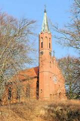 St. Johanniskirche von Sassnitz auf der Insel Rügen - Baubeginn 1880 nach Plänen von Adolf Gerstenberg - 1883 fertiggestellt. Neugotischer einschiffiger Backsteinbau - achteckiger Kirchturm.