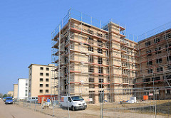 Gerüste / Sanierungsarbeiten an einem Gebäude der ehem. KdF-Urlaubsanlage in Prora / Binz an der Ostsee.