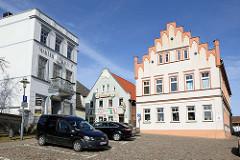 Historische Architektur am Markt von Bergen auf Rügen.