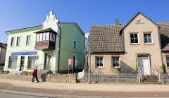 Einzelhäuser, Wohnhäuser an der Hauptstrasse von Sassnitz - restauriertes Gebäude mit mintgrüner Fassade - Wohnhaus mit Rauhputz.