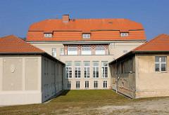 Rückseite vom Rathaus / teilsaniert - 1910 als Warmbad und Gemeindehaus in Sassnitz, Insel Rügen erbaut / Architekt Gustav Bär.