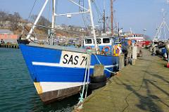 Fischkutter SAS 71 ist an der Mole von Sassnitz vertäut.