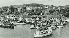 Alte Aufnahme von Fischkuttern im Fischereihafen von Sassnitz auf Rügen.