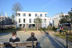 Neubau - Wohnhäuser, Kinderspielplatz auf dem Gelände vom Krankenhaus Ochsenzoll /  Asklepios Klinik Nord-Ochsenzoll in Hamburg Langenhorn.