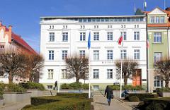 Weisse Hausfassade - Rathaus von Bergen auf Rügen.