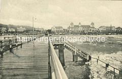 Historische Aufnahme von der Seebrücke in Binz - Panorama der Strandpromenade mit Kurhaus.
