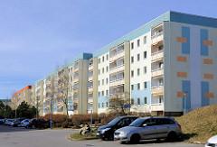 Sanierte Plattenbauten - Wohnblocks, Hochhäuser in der Wilhelm-Pieck-Strasse in Bergen auf Rügen.