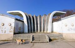 Rückseite Musikpavillon / Kurmuschel am Ostseestrand / Strandpromenade von Sassnitz; Entwurf 1986 Prof. Dietmar Kuntsch - Realisierung durch Otto Patzelt und Ulrich Müther.