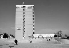 Rügenplatz und Rügenhotel in Sassnitz auf der Insel Rügen - Hotelhochhaus mit Blick auf die Ostsee. Das Hochhaus ist das höchste Gebäude der Stadt.