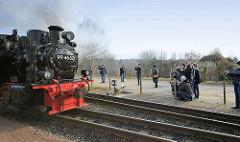 Dampflokomotive 994652  auf dem Bahnhof Binz; Fotografen fotografieren die Lok vom Bahnsteig aus. Die Schmalspur-Schlepptenderlokomotive wurde restauriert und ist ab März 2015 wieder auf der Strecke der Rügenschen Kleinbahn fahrbereit.