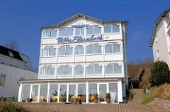 Villa im Bäderstil - geschnitzte Fassadendekoration, Holzgiebel mit Schnitzereien - Villa Elisabeth, Pension auf dem Hügel von Sassnitz / Insel Rügen, Ostsee.