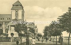 """Strandpromenade von Binz auf Rügen. Berliner Bankiers investierten mit der """"Ostseebad Binz AG"""" in den Ausbau des Seebades und ließen ein Kurhaus bauen, das am 22. Juli 1890 eröffnet wurde; das Gebäude brannte 1906 ab und wurde 1907 nach Plänen d"""