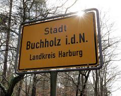 Ortschild Stadt Buchholz i.d.N., Landkreis Harburg - Gegenlicht / Sonnenstrahlen.