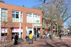 Fussgängerzone Breite Strasse in Buchholz - Eiscafé in der Frühlingssonne.
