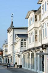 Ostseebad Binz auf Rügen - Bäderarchitektur unterschiedlicher Stilrichtungen. Kunstvolle Holzschnitzarbeiten an Balkonen und Veranda - Giebelturm mit Kupferdach.