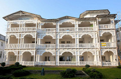 Mehrstöckige Villa an der Strandpromenade in Binz auf der Ostseeinsel Rügen.