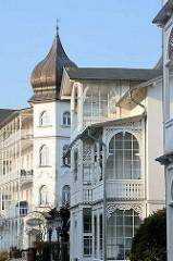 Bäderarchitektur im Ostseebad Binz auf der Insel Rügen - Veranda, Balkon mit Schnitzerei, weisse Haussfassaden.