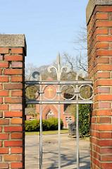 Friedhofszaun und Friedhofskapelle am Stillen Weg in Hamburg Bahrenfeld.
