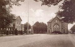 """Historische Aufnahme vom Allgemeine Krankenhaus Ochsenzoll in Hamburg Langenhorn; gegründet 1893 als """"Anstalt Ochsenzoll"""". Blick zum Verwaltungsgebäude und Anstaltskirche."""