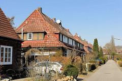 Historische Reihenhäuser in der Riemenschneiderstrasse in Hamburg Bahrenfeld - die Häuser gehören mit zur Architektur der sogen. Steenkampsiedlung, die als Gartenstadt nach dem ersten Weltkrieg angelegt wurde. Die Steenkampsiedlung entstand in drei B