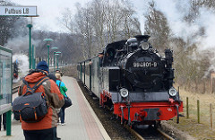 Einfahrt des Personenszugs im Bahnhof Binz - Damplokomotive 994801-9.