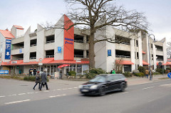Moderne Parkhausarchitektur - Parkhaus Granitz in Binz auf Rügen - Betonklotz mit Geschäften / Einzelhandel.