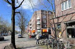 Backsteinarchitektur in Hamburg Hamm - Wohnhäuser mit runden Balkonbrüstungen an der Hausecke - Geschäfte / Einzelhandel im Stadtteil Hamburg Hamm.