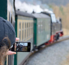 Fahrt vom Rasenden Roland auf der Strecke Binz / Putbus - ein Fahrgast filmt die Fahrt mit seinem Handy.