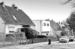 Doppelhäuser mit Spitzdach / Dachziegeln - im Bildzentrum ein kubischer weisser Neubau - Architektur in HH-Bahrenfeld.