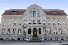 Rathausgebäude von Sassnitz / Insel Rügen - 1910 als Warmbad und Gemeindehaus  erbaut / Architekt Gustav Bär.