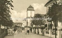 """Strandpromenade von Binz auf Rügen. Berliner Bankiers investierten mit der """"Ostseebad Binz AG"""" in den Ausbau des Seebades und ließen ein Kurhaus bauen, das am 22. Juli 1890 eröffnet wurde; das Gebäude brannte 1906 ab und wurde 1907 nach Plänen de"""