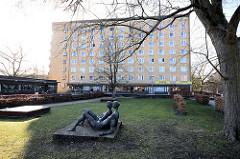Bronzeskulpturen, Kunst im öffentlichen Raum - Schröderstift in Hamburg Langenhorn, Kiwittsmoor.