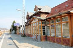 Bahnsteig und Rückseite vom Sassnitzer Bahnhof.