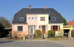 Doppelhaus in unterschiedlicher Farbe - Türen und Fenstern; Architektur im Hamburger Stadtteil Bahrenfeld, Bezirk Hamburg Altona.