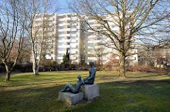 Bronzeskulpturen - Wohngebäude Schröderstift in Hamburg Langenhorn / Kiwittsmoor.