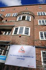 Wohnhäuser ELISA - Schild Betreten der Baustelle ist untersagt. Das historische Backstein-Ensemble ELISA in Hamburg Hamm war Ausdruck der Hamburger Architektur der 1920er Jahre in der Ära des Oberbaudirektors Fritz Schumacher.