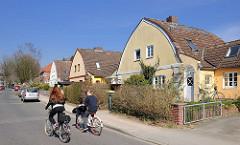Wohnhäuser / Doppelhäuser mit Zollingerdach. Die Dachform wurde Anfang des 20. Jahrhunderts von Friedrich Zollinger entworfen. Architekturfotos aus dem Hamburger Bezirk Altona / Stadtteil Bahrenfeld.
