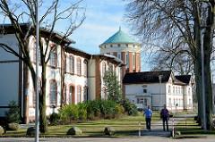 Restaurierte historische Architektur, Krankenhaus Ochsenzoll /  Asklepios Klinik Nord-Ochsenzoll; im Hintergrund der alte Wasserturm.