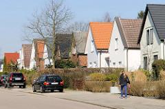 Einzelhäuser mit Spitzdach - unterschiedlich gefärbte Dachziegel - Wohnhäuser in Hamburg Bahrenfeld.
