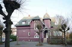 Holzvilla im Bäderstil - Villa Undine an der Strandpromenade von Binz. Das Holzhaus ist ein sogen. Wolgasthaus - auf der Wolgaster Werft als Fertighaus 1885 aus Holz gebaut.