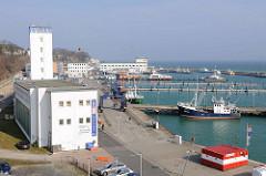 Blick über den Hafen von Sassnitz auf der Insel Rügen - lks. ein ehm. Speichergebäude.